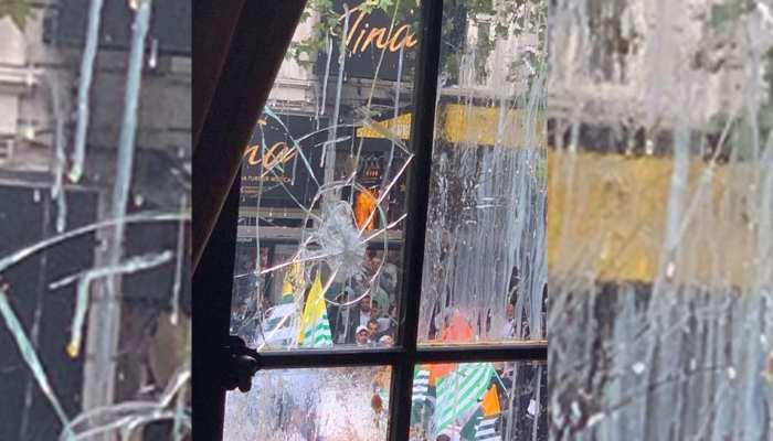VIDEO : लंदन में भारतीय उच्चायोग के सामने पाकिस्तानी प्रदर्शनकारियों का हंगामा, फेंके अंडे