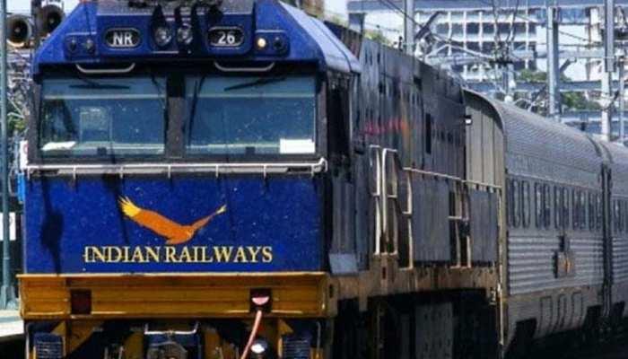 रेलयात्रियों के लिए खुशखबरी, अब ऑनलाइन ट्रेन टिकट हुआ सस्ता, IRCTC ने घटाया सर्विस चार्ज