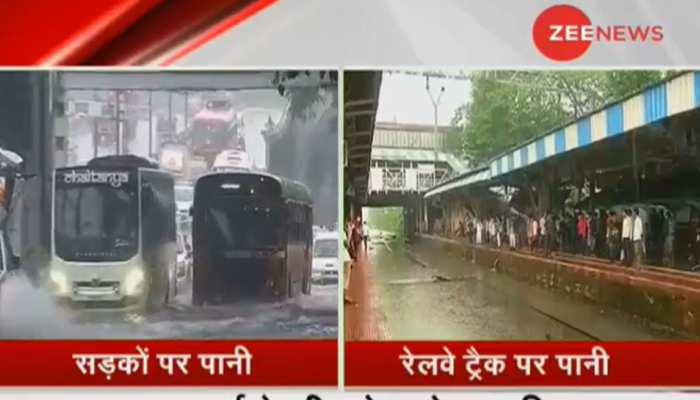 आफत की बारिश के कारण मुंबई की लाइफ लाइन लोकल ठप, पटरी पर भरा पानी