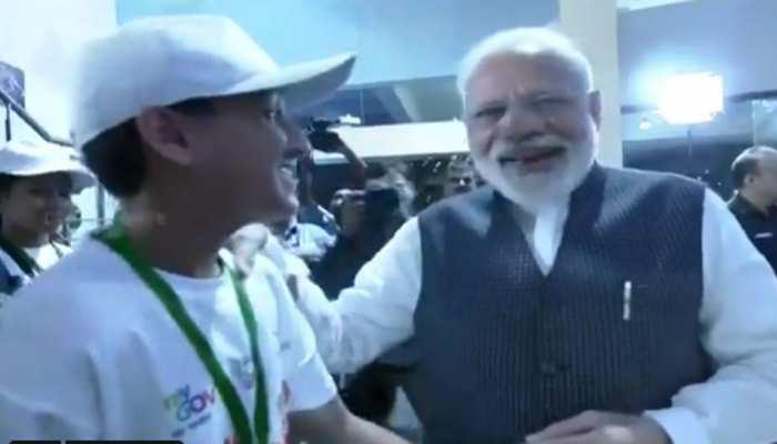 VIDEO: ISRO मुख्यालय में बच्चे ने पीएम मोदी से पूछ लिया ऐसा सवाल, जिसे सुन वे जोर से हंस पड़े