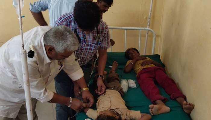राजस्थान: बरसात के चलते अस्पतालों में बढ़ी मरीजों की संख्या, जमीन पर इलाज करने को मजबूर डॉक्टर्स
