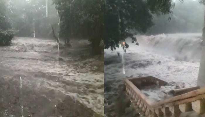 VIDEO: गुजरात में बारिश का कहर, कहीं डूबा मंदिर तो कहीं खिलौने सी बही कार