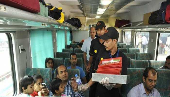 रेलवे जल्द ही ला रहा है नई कैटरिंग पॉलिसी, 50 रुपये में मिलेगा बेहतर भोजन