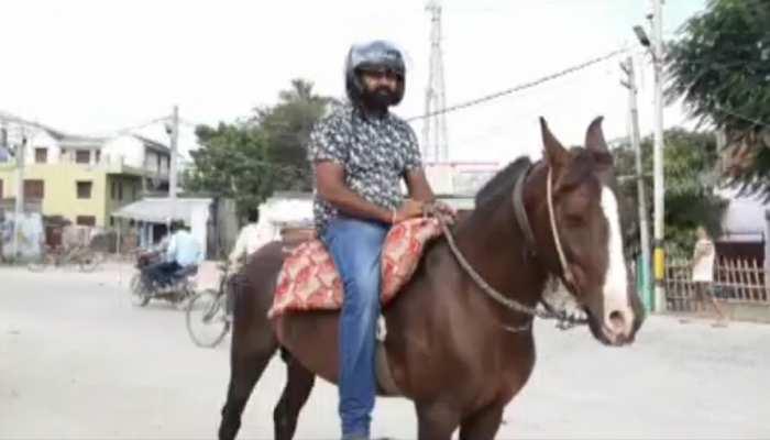 बिहार: ट्रैफिक चालान का खौफ, सहरसा में हेलमेट पहनकर घुड़सवारी करता नजर आया युवक