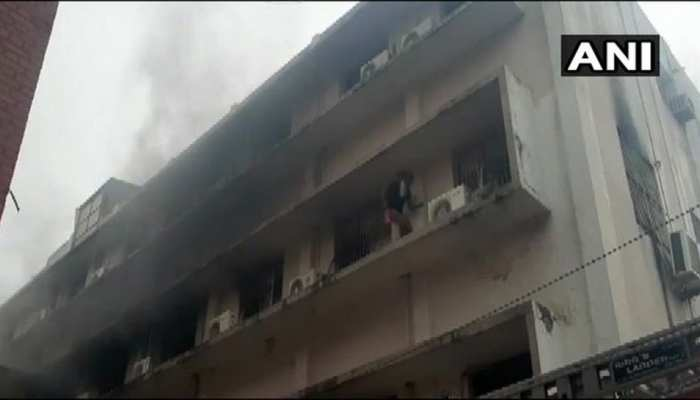 वडोदरा: SSG हॉस्पिटल के चिल्ड्रन वार्ड में लगी आग, दमकल की 4 गाड़ियां मौके पर पहुंचीं