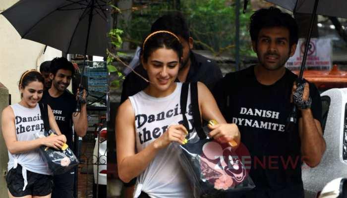 Kartik Aaryan holds umbrella for Sara Ali Khan and Photos goes Viral on Internet