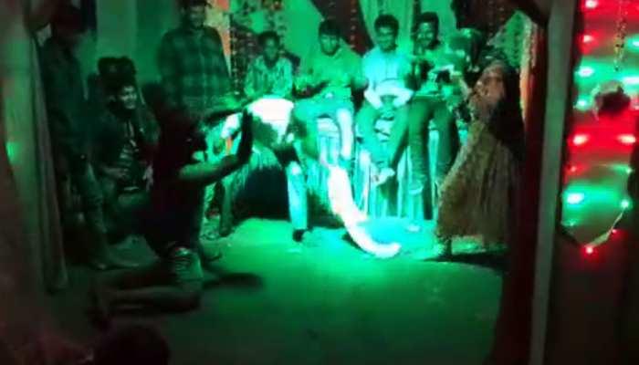 VIDEO: लड़की के साथ कर रहा था नागिन डांस, तभी हो गई शख्स की मौत