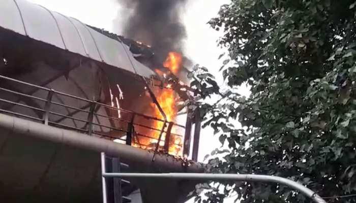 मुंबई: कॉटन ग्रीन रेलवे स्टेशन के स्काईवॉक पर लगी आग, मौके पर दमकल की गाड़ियां
