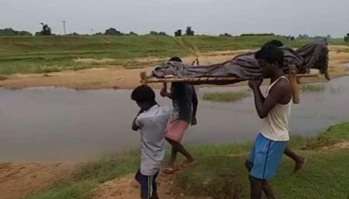झारखंड: पैसों के अभाव में नहीं मिली एंबुलेंस , शव को खाट पर लादकर चल दिए परिजन