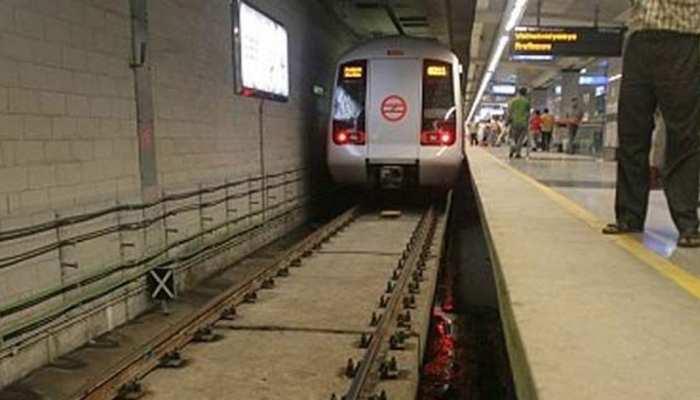 दिल्ली: मेट्रो ट्रैक पर कूदा एक यात्री, येलो लाइन की सेवाएं रोकी गईं
