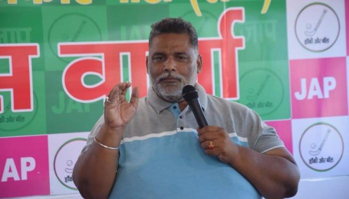 बिहार: बेतिया गैंगरेप पीड़िता से मिलने पहुंचे पप्पू यादव, दी 25 हजार की सहायता राशि