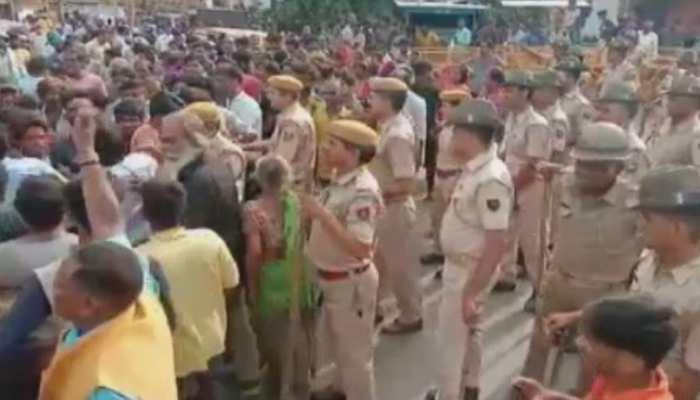 कोटा: बाढ़ पीड़ितों ने मुआवजे की मांग को लेकर रोड किया जाम, पुलिस पर किया पथराव
