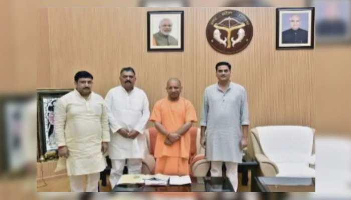 वायरल तस्वीर ने UP की राजनीति में मचाई हलचल, CM योगी के साथ दिखे SP के तीन MLC