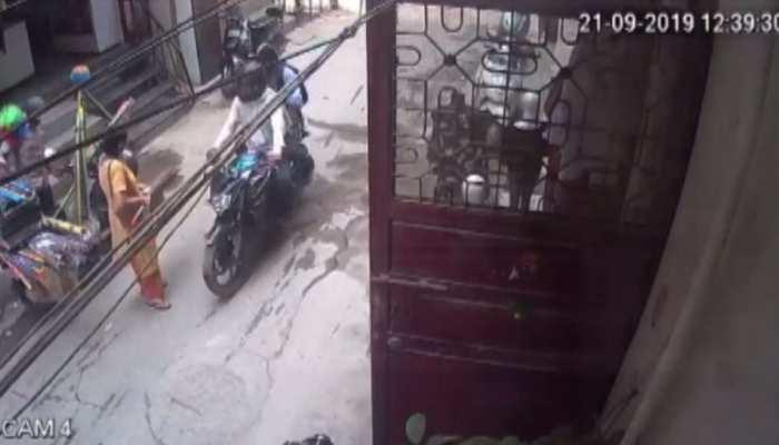 VIDEO: दिल्ली में बेखौफ बदमाश, घर के बाहर खड़ी महिला से बाइक सवार बदमाशों ने छीन ली चेन