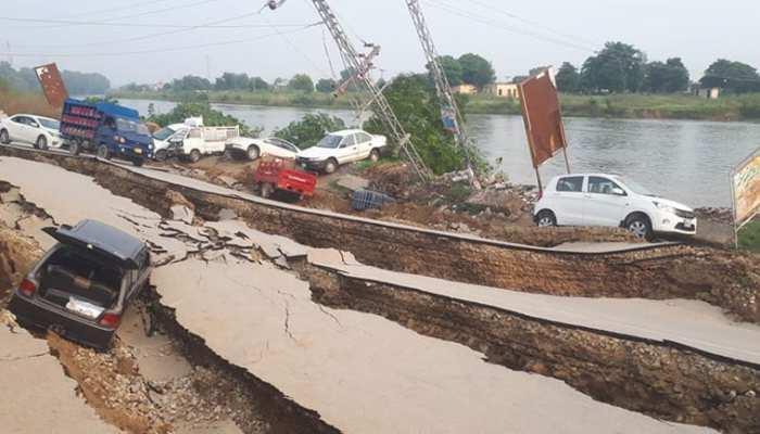 पाकिस्तान में भूकंप से भारी तबाही, गाड़ियां उलट गईं, सड़कें फट गईं; दहलाने वाली हैं तस्वीरें