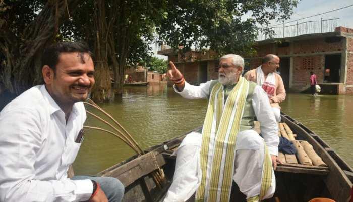 बक्सर: नाव में बैठकर बाढ़ पीड़ितों से मिलने पहुंचे अश्विनी चौबे, लिया जायजा