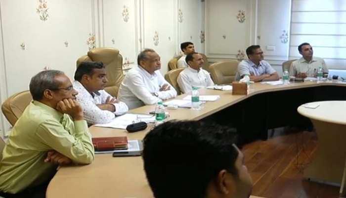 सीएम गहलोत ने की कृषि विभाग के अधिकारियों के साथ बैठक, टिड्डी प्रकोप पर भी हुई चर्चा