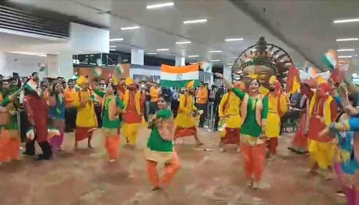 VIDEO: दिल्ली-टोरंटो के लिए नई फ्लाइट की खुशी, एयर इंडिया स्टाफ ने किया 'बल्ले-बल्ले'