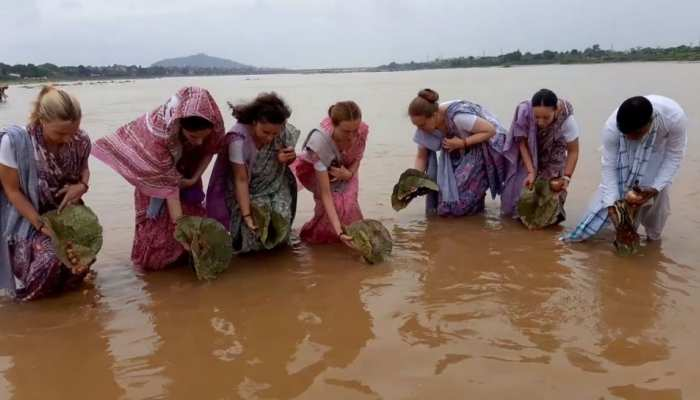 6 females from russia reached to gaya for pind daan pitra paksha