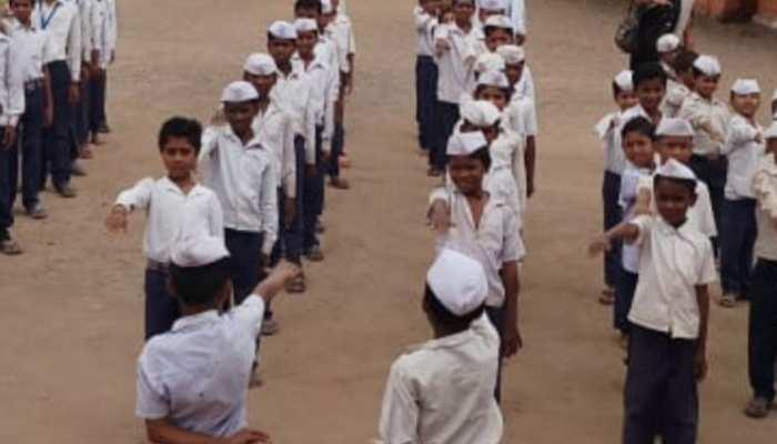 नरसिंहपुर के इस स्कूल के बच्चे आज भी लगाते हैं गांधी टोपी, प्रार्थना में गाते हैं 'रघुपति राघव राजाराम'