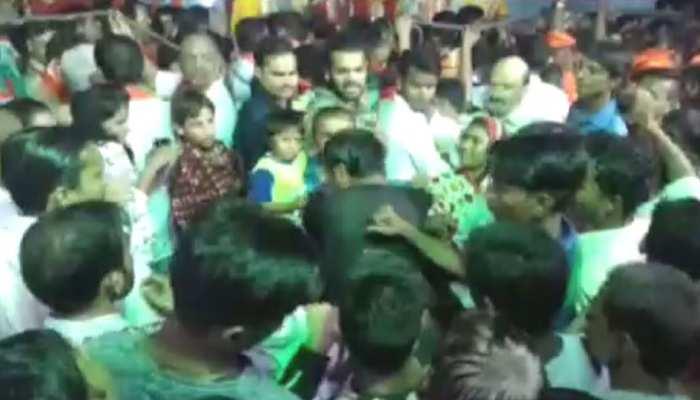 मथुरा: रामलीला देखने गई महिला से छेड़छाड़, मनचले की हुई जमकर पिटाई