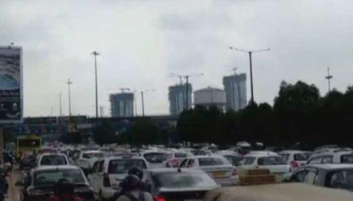 महामाया एक्सप्रेस-वे पर लगा 2 KM लंबा जाम, इस वजह से लोगों को हो रही है दिक्कत