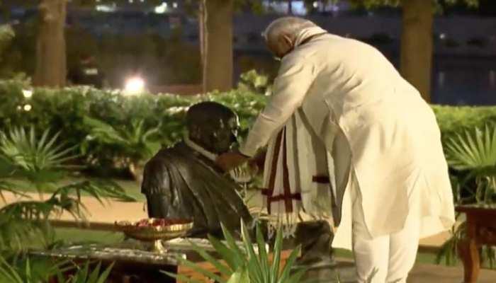 गांधीजी की 150वीं जयंती: साबरमती आश्रम पहुंचे पीएम मोदी, गांधी प्रतिमा पर किया माल्यार्पण