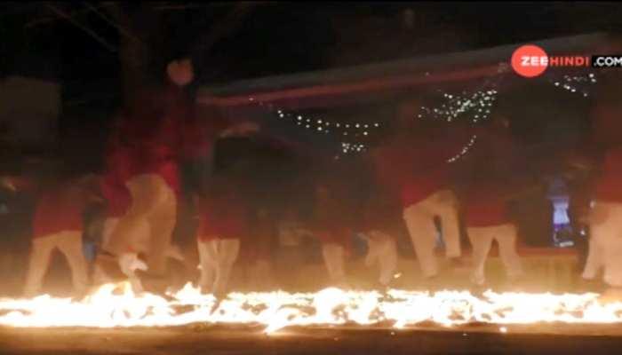 आग की लपटों के बीच मां की भक्ति में गरबा खेलते भक्त   VIDEO देखकर रह जाएंगे दंग