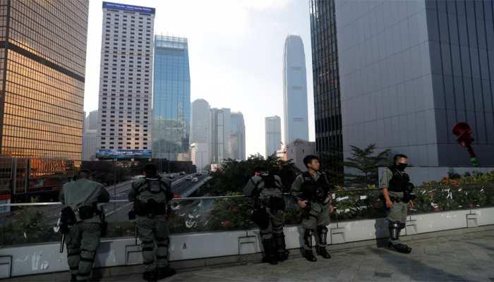 हांगकांग: आधी सदी बाद लागू किए गए आपात कानून के खिलाफ प्रदर्शन, मेट्रो, बैंक, शॉपिंग सेंटर बंद