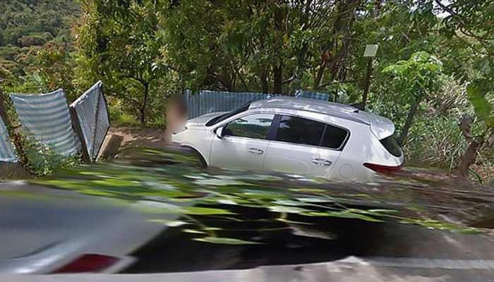 कार के बोनट पर रोमांस कर रहा था न्यूड कपल, Google मैप ने खोल दिया राज