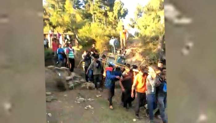 VIDEO: गांव में ट्रांसफार्मर पहुंचने पर खुशी में झूमे ग्रामीण, बैंड बाजे के साथ किया स्वागत
