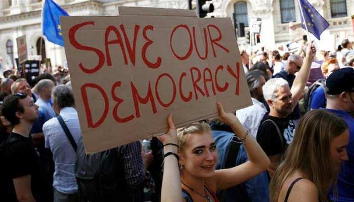 इस देश में पड़ी फूट! आजादी की मांग को लेकर सड़कों पर उतरे लाखों लोग