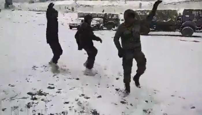 सेना के जवानों ने बर्फबारी के बीच किया गरबा डांस, केंद्रीय मंत्री ने शेयर किया VIDEO