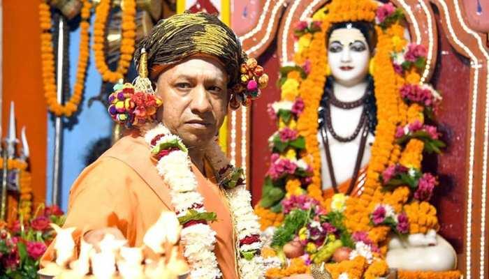 गोरखनाथ मंदिर में CM योगी की विशेष पूजा, 'पीठाधीश्वर' की पारंपरिक विशेष वेशभूषा में आए नजर