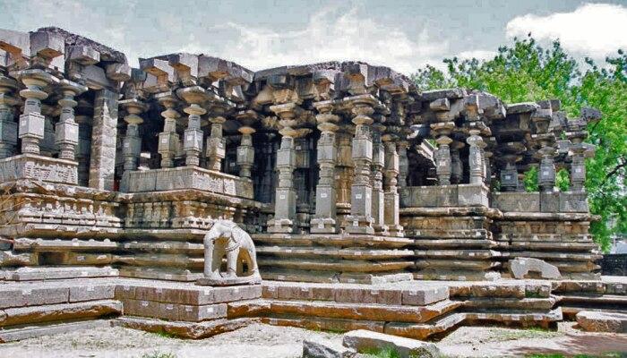 हजार खंभों वाले इस मंदिर में स्थापित हैं भगवान शिव के साथ श्रीहरि और सूर्य देवता