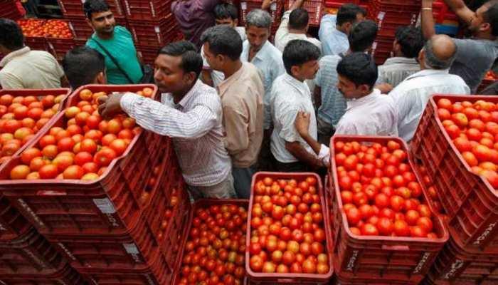 प्याज के बाद टमाटर हुआ 'लाल', दिल्ली-मुंबई में 80 रुपये तक हुआ दाम