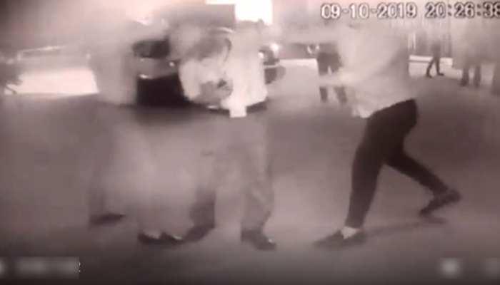 VIDEO: अस्पताल के गार्ड ने मांग ली पार्किंग की पर्ची, 4 लड़कों ने बुरी तरह पीटा, ICU में भर्ती