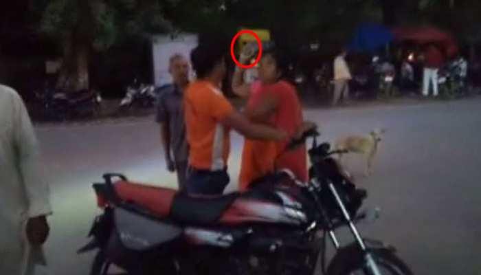VIDEO: छेड़खानी कर करता था परेशान, महिला ने चप्पल से उतारा आशिकी का 'भूत'