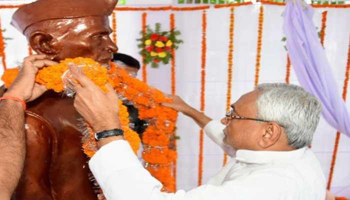 बिहार: मुख्यमंत्री नीतीश कुमार ने आरा में किया राम इकबाल सिंह की प्रतिमा का अनावरण