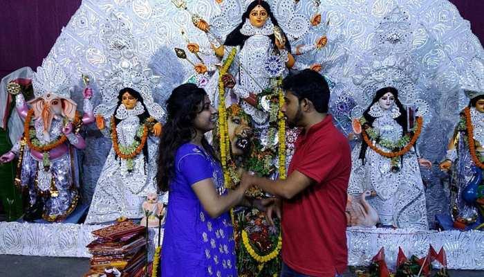 OMG: सोशल मीडिया पर हुई दोस्ती, दुर्गा पूजा पंडाल में फिक्स हुई फर्स्ट डेट, वहीं रचा ली शादी