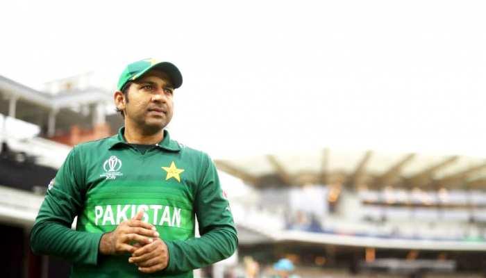 VIDEO: पाकिस्तानी कप्तान सरफराज पर फूटा फैन्स का गुस्सा, कटआउट फाड़े