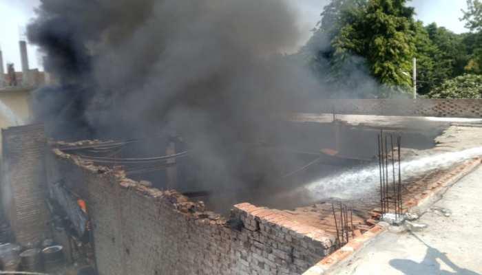 दिल्ली: केमिकल गोदाम में लगी भयानक आग, मौके पर पहुंची फायर ब्रिगेड की गाड़ियां