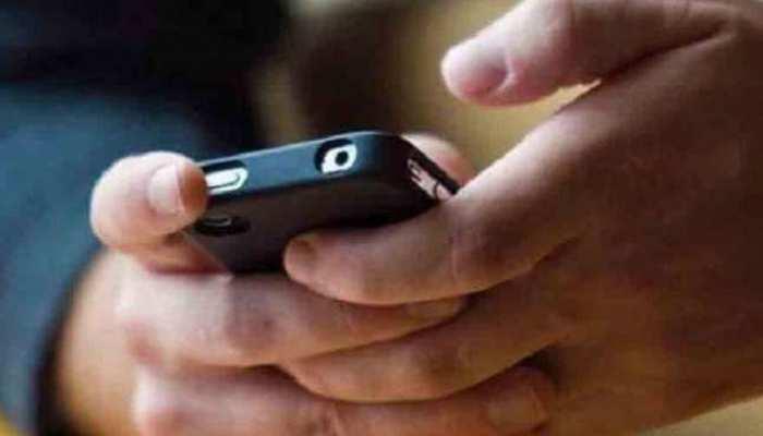 UP की यूनिवर्सिटी और कॉलेजों में मोबाइल पर नहीं है कोई बैन: उच्च शिक्षा निदेशक
