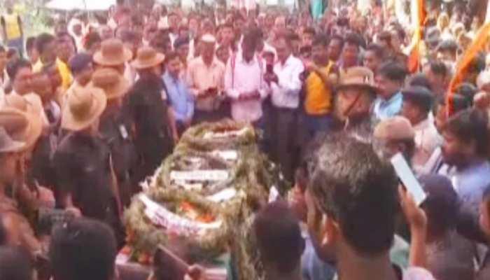 गुमला: पैत्रिक गांव में हुआ शहीद संतोष का अंतिम संस्कार, लगे 'पाकिस्तान मुर्दाबाद' के नारे