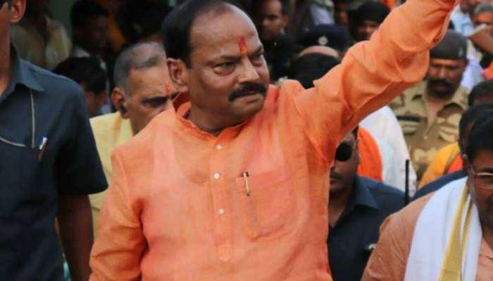 धनबाद: सीएम रघुवर दास का जोरदार स्वागत, बीजेपी की सरकार बनाने का किया आह्वान