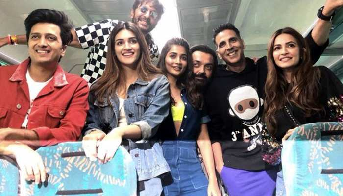 Akshay Kumar promotes film 'Housefull 4' in the train, Railway Minister Piyush Goyal said 'doors are open for   filmmakers'