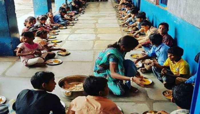 बिहार: पूर्णिया के स्कूल के मिड डे मील में निकला कीड़ा, परिजनों-बच्चों ने किया हंगामा