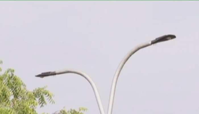 जयपुर में रोड पर लगी स्ट्रीट लाइट चोरी कर रहे चोर, पुलिस नहीं ले रही एक्शन!