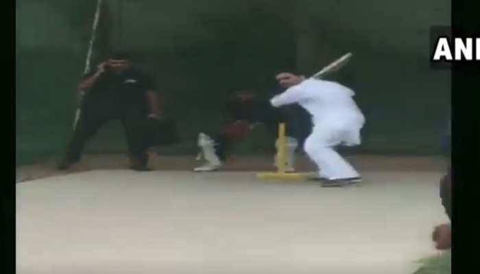 VIDEO: रेवाड़ी में क्रिकेट पिच पर उतरे राहुल गांधी, विराट की तरह जमकर लगाए चौके-छक्के