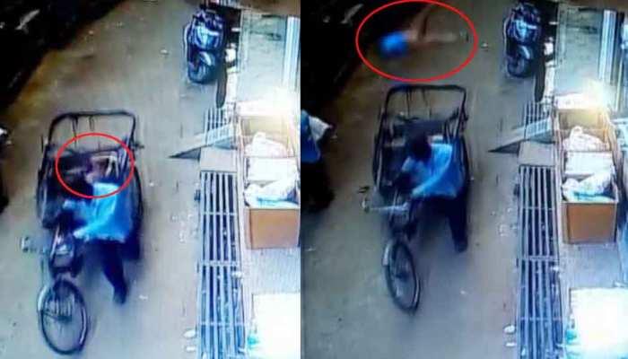 रास्ते से गुजर रहे रिक्शे में अचानक आ गिरा 3 साल का मासूम, देखें हैरान करने वाला VIDEO